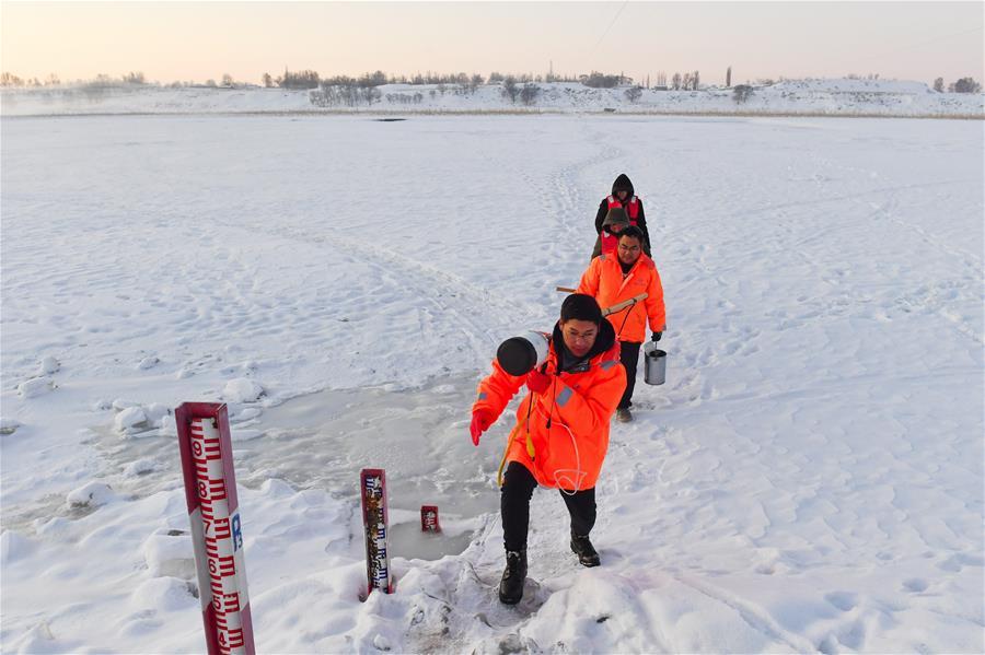 黄河上凿冰的水文人